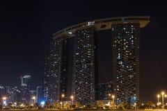 Schuss von Al Reem Island Gate-Türmen nachts in Abu Dhabi-Stadt lizenzfreie stockfotografie