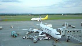 Schuss von den Handelsflugzeugen, die fertig werden sich zu entfernen stock video footage