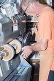 Schuster repariert einen Schuh Lizenzfreie Stockfotos