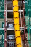 SchuttAbflussrohre auf dem externen façade eines Gebäudes im Bau oder der Erneuerung Lizenzfreie Stockfotos