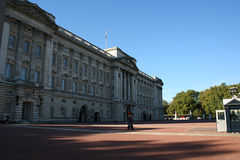 Schutz, der Buckingham Palace-Quadrat kreuzt lizenzfreie stockfotografie