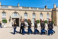 Schutz der Ehre beim Elysée Palast lizenzfreie stockfotos