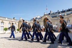 Schutz der Ehre beim Elysée Palast stockfotos