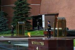 Schutz der Ehre am Beitrag in Alexanders arbeitet in Moskau im Garten lizenzfreies stockbild