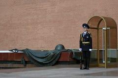 Schutz der Ehre am Beitrag in Alexanders arbeitet in Moskau im Garten lizenzfreie stockbilder