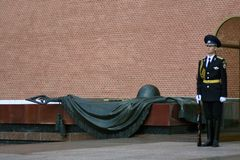 Schutz der Ehre am Beitrag in Alexanders-Garten in Moskau lizenzfreies stockbild