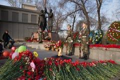 Schutz der Ehre an der ewigen Flamme nahe dem Victory Memorial-Gebäude während der Feier von Victory Day lizenzfreie stockfotografie