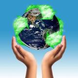 Schutz der Erde mit Handreichungskonzept Stockbild