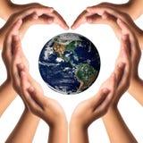 Schutz der Erde mit Handreichungskonzept Lizenzfreie Stockfotos