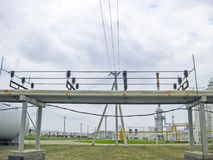 Schutz der Rohrleitung vor den Drähten Elektrische Erdung Die Erdölraffinerie Stockfotos