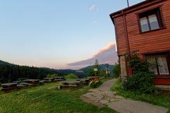 Schutz an der Spitze des Berges Der Weg, der zu das Haus führt Stockfotografie