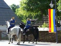 Schutz, der zu Pferd patrouilliert Lizenzfreie Stockfotografie