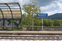 Schutz in einem kleinen italienischen Bahnhof Stockfoto
