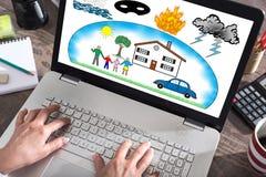 Schutz gegen Schadenkonzept auf einem Laptopschirm Lizenzfreies Stockbild