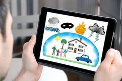 Schutz gegen Schadenkonzept auf einer Tablette Lizenzfreies Stockfoto