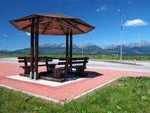 Schutz mit Bänke und hohem Tatras stockfotos