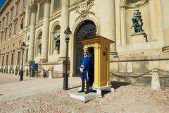Schutz steht am königlichen Palast in Stockholm, Schweden im Dienst Lizenzfreie Stockfotos