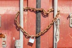 Schutz- und Sicherheitskonzept, eine rostige Metallkette und Vorhängeschloß wra Stockfoto