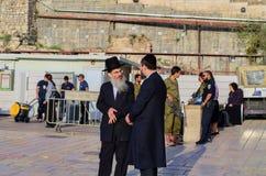 Schutz und Soldaten, die in der Klagemauer-Piazza sprechen Lizenzfreies Stockbild