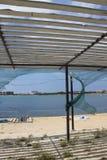 Schutz von der Sonne auf dem Strand stockbild