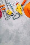 Schutzausrüstung, verwendend beim Klettern über konkretem Hintergrund Lizenzfreies Stockfoto