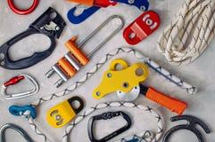 Schutzausrüstung, verwendend im Alpinismus über konkretem Hintergrund Stockfotos