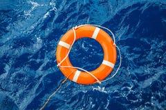 Schutzausrüstungs-, Lebenboje oder Rettungsboje, die auf Meer schwimmt, um Leute vom Ertrinken des Mannes zu retten stockbilder