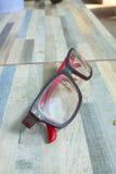 Schutzbrillen auf Marmortabelle Stockfotografie