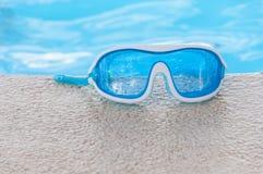 Schutzbrillen im Pool Stockfotos