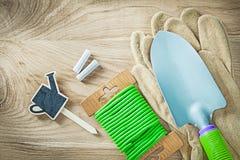 Schutzhandschuhe übergeben Spaten weiches Kabelbindertafel-Preiszeichen Stockbild