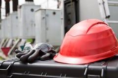 Schutzhelm, Sicherheitsgläser und Handschuhe auf Werkzeugkasten Sicherheitsgang-Ausrüstungsabschluß oben, Schutzausrüstung für di Lizenzfreies Stockbild