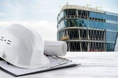 Schutzhelm und Baugeräte auf Ingenieurarbeit Lizenzfreies Stockfoto
