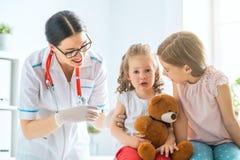 Schutzimpfung zum Kind lizenzfreie stockfotos