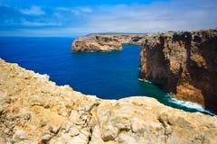 Schutzkappe, Felsen - Küste bei Portugal Lizenzfreie Stockbilder