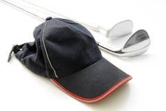 Schutzkappe und Golfclub Stockfotos