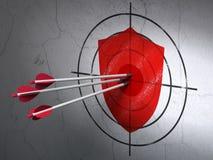 Schutzkonzept: Pfeile im Schildziel auf Wandhintergrund Lizenzfreies Stockfoto