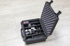 Schutzkunststoffkoffer mit Fotoausrüstungsinnere ist auf Boden Stockfoto