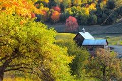 Schuur in de kant van het land van Vermont stock afbeeldingen
