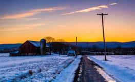 Schuur en sneeuw behandelde gebieden langs een landweg in landelijke Frede Stock Afbeelding