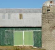 Schuur met groene deur Stock Afbeelding