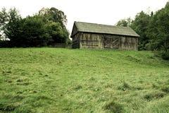 Schuur op een heuvel stock afbeelding