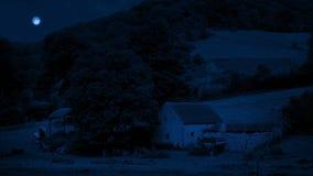 Schuur op plattelandsgebied bij nacht stock video
