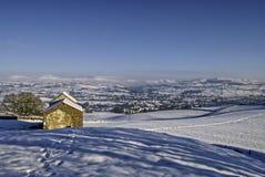 Schuur in Winters landschap Royalty-vrije Stock Afbeelding