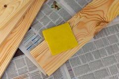 Schuurpapier op de raad royalty-vrije stock afbeeldingen