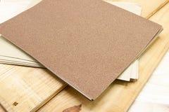 Schuurpapier op houten voor Prepare royalty-vrije stock afbeelding