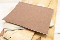 Schuurpapier op houten voor Prepare hout stock foto's