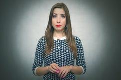 Schuw aarzelend meisje Bescheiden vrouwenportret stock afbeeldingen