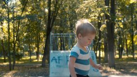 Schuw jong geitje in het park op de trampoline stock footage