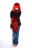 Schuw meisje in rode pruik en boa. Stock Afbeeldingen