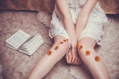 Schuwe meisjes` s benen en wapens royalty-vrije stock foto